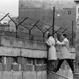 Меркель считает чудом мирное падение Берлинской стены